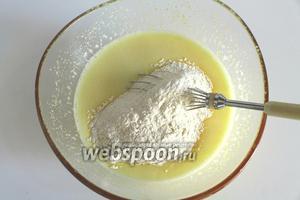 Просеять сверху муку с щепоткой соли и разрыхлителем. Перемешать.