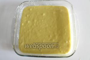 Вылить массу в квадратную или прямоугольную форму (у меня квадратная форма со сторонами 21 см). Выпекать в предварительно нагретой до 180°C духовке 20-25 минут до готовности.