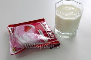 Приготовим подливу. Для этого нам понадобятся молоко и пакетик порошка клубничного пудинга. Количество молока и способ приготовления указывается на пакете.