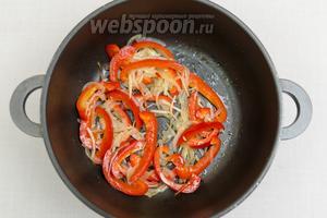 Обжарим нарезанные овощи до мягкости.