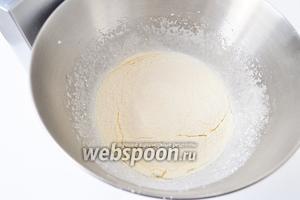 Просеять сухое молоко и муку, перемешать с яичной смесью. Добавить растопленное масло, перемешать.