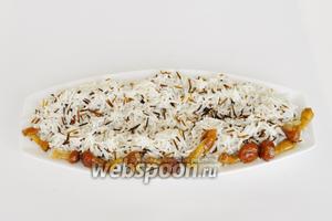 Сервируем тарелку. Выложим рис на тарелку и украсим грибами, оставшимися из начинки.