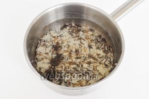 Рис промыть водой и залить в пропорции 1х2, поставить варить до готовности.