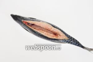 Рыбу вымыть, сделать надрез по спинке и аккуратно руками удалить позвоночник и рёбра. Слегка натереть рыбу солью.