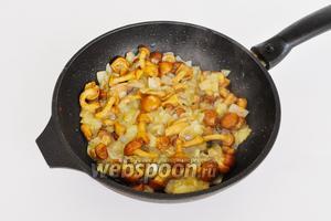 Добавить опята и жарить до готовности. Посолить и добавить чёрный перец по вкусу.