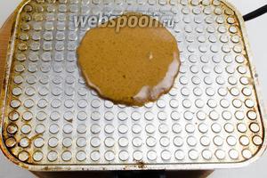 Хорошо разогреть вафельницу и вылить 1 столовую ложку теста на её внутреннюю поверхность. Подождать 10-15 секунд. Опустить створку вафельницы, но не прижимать ее. Выпекать в течение 1-1,5 минуты. Ориентируйтесь на цвет — вафли получаются темно-коричневого цвета.