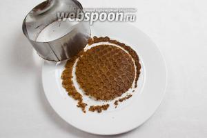 Пока вафли горячие, можно вырезать из них с помощью формовочного кольца ровные круги. Оставшиеся крошки сложить в пакет и использовать для присыпки боков для тортов или запеканок.
