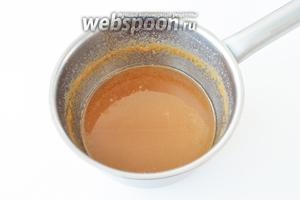 Карамель надо приготовить заранее, чтобы к моменту приготовления крема она уже остыла до комнатной температуры. Сахар нагреть в сотейнике на сильном огне. Когда он потемнеет, влить подогретые сливки, не переставая размешивать и варить пока карамель не начнёт густеть. Карамель для крема по консистенции похожа на сметану. Готовую карамель снять с огня и оставить остывать.