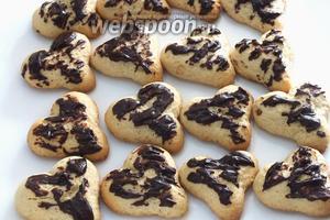 Готовое печенье можно покрыть растопленным шоколадом...