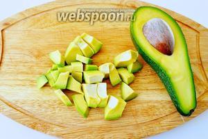 Авокадо очистить от кожуры, удалить косточку и нарезать.