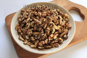 Орехи подрумянить в микроволновке или на сухой сковороде.