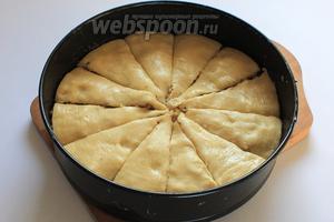 Разрезать пахлаву перед выпечкой. Выпекать 40-50 минут в разогретой духовке до 180°C, пока пахлава не будет золотистой.