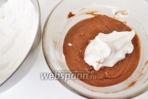 В несколько приёмов добавлять белки и аккуратно их вмешивать лопаточкой по стенке, чтобы масса не опала.
