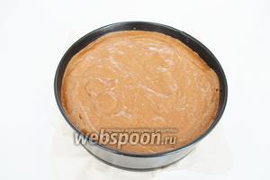 Заполнить форму тестом и поставить в разогретую до 175ºC духовку на 30-35 минут.
