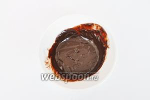 Для глазури растопить шоколад на паровой бане, добавить коньяк, сливки и размешать до однородности.