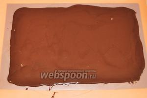 Для шоколадного банта растопим на паровой бане 100 грамм горького шоколада и разольём его на пластиковый коврик. Можно использовать жесткий файл. Разровняем по форме коврика, так чтобы слой был одинаковой толщины. Оставим немного остыть.