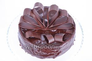 Украсим торт. Подавать можно сразу.