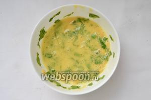 Желток перемешиваем с оставшийся зеленью, кукурузой, соком и цедрой половины лимона. Желток и белок смешиваем. Соус можно подавать отдельно либо или полить им рыбу.