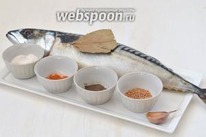 Для приготовления блюда нам понадобится скумбрия, паприка, чеснок, горчица в семена, соль, перец душистый молотый, лавровый лист.