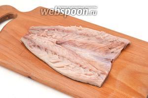 Удалить внутренности и вынуть все кости. Промыть и просушить рыбу с помощью бумажного полотенца.