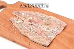 Хорошо посыпать пряной смесью рыбу внутри.