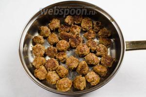Выложить готовые фрикадельки на сухую сковороду или в кастрюлю с толстым дном.