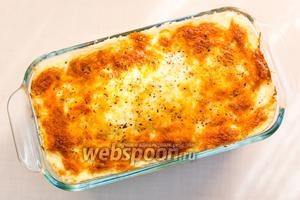 Куриные голени с корицей и гречкой под сметанно-сырной шапочкой готовы. Подаём тёплым, с овощами. Приятного аппетита!