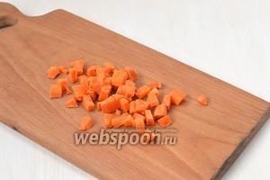 Морковь очистить и порезать мелким кубиком.