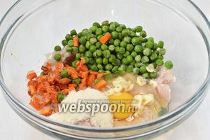 Соединить рыбу, морковь, горошек, манку, чеснок, порезанный пластинками, соль, яйцо. Оставить смесь на 15 минут для набухания.