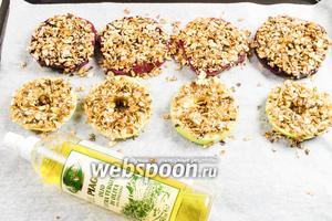 Выложить подготовленные дольки яблок и свёклы на противень. Взбрызнуть оливковым маслом. Поставить в горячую духовку. Запекать минут 15-20 при температуре 200°С.  Можно обжарить дольки на сковороде в оливковом масле.