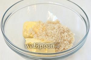 Соединить масло комнатной температуры и сахар. Взбить до образования пышной массы.