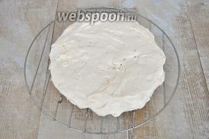 Готовый корж подрезать по размерам бисквита, если это необходимо.