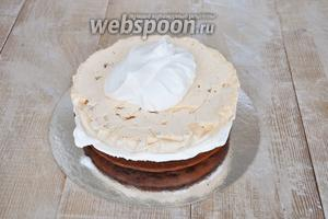 Промазываем кремом коржи, безе кладём в середину торта.