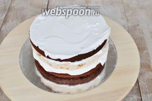 Покрываем верх торта.