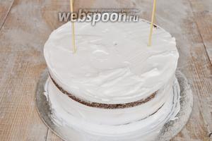 Выравниваем боковую поверхность кремом. Здесь не обязательно идеально закрывать боковины, т.к у нас будет ещё финишный декор. Главное сделать поверхность везде ровной. Чтобы торт не «плыл», вставляю деревянные шпажки.