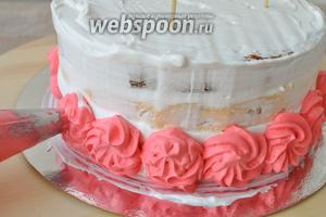 С помощью кондитерского конверта и насадки «закрытая звезда» декорирую нижний ярус торта.