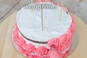 Затем второй ярус, закрывая бока торта полностью.