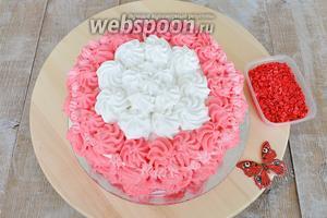 Затем украшаю верх торта. Вращающаяся подставка сильно облегчит вам работу.