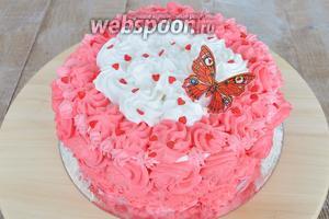 Посыпаем наш торт в бело-розовом цвете декором и украшаем бабочкой. Поставить на 1,5 часа в холод и можно подавать.