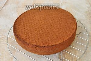 Готовый бисквит вынуть из формы после полного остывания.