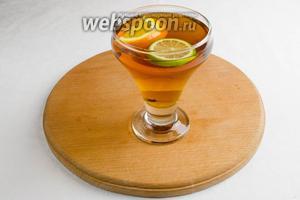 Залить содержимое бокала заваренным чаем. Добавить палочку корицы. Украсить дольками цитрусовых и мятой. Подавать к десерту.
