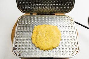 Хорошо разогреть вафельницу и вылить 1 столовую ложку теста на её внутреннюю поверхность. Подождать 10-15 секунд. Опустить створку вафельницы, но не прижимать её. Выпекать в течение 1-1,5 минуты. Ориентируйтесь на цвет (по желанию) — светло-золотистый или ярко зажаренный.
