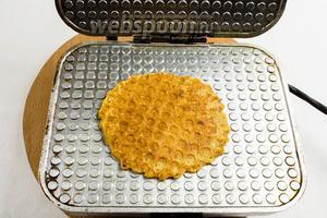 Вафля готова. Готовую вафлю аккуратно с помощью ножа снять на тарелку. Складывать остывать готовые вафли стопкой или по одной.
