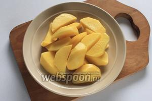Картофель помыть, почистить. Нарезать четвертинками или кружочками.