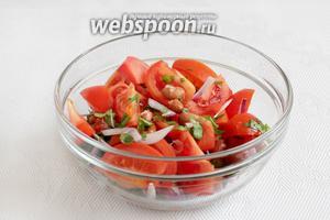 В салатнике смешать консервированную фасоль, зелень, лук и помидоры. Легко перемешать.