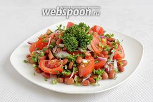 Полить заправкой и украсить зеленью. Можно подавать. Салат вкусен даже когда постоит подольше.