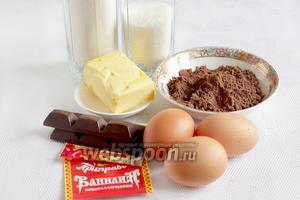 Для приготовления кекса на черемуховой муке нужно взять пшеничную муку, черёмуховую муку, сахар, масло, яйца, мармелад в шоколаде, ванилин и разрыхлитель.