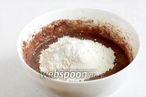 Потом добавить пшеничную муку, разрыхлитель и ванилин. Вымешать легко до однородности теста.