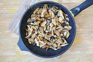 Грибы нарезать и обжарить на растительном масле, пока не выпарится лишняя жидкость.