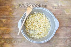 Добавить нашинкованную капусту и жарить до готовности, добавить соль и перец по вкусу.